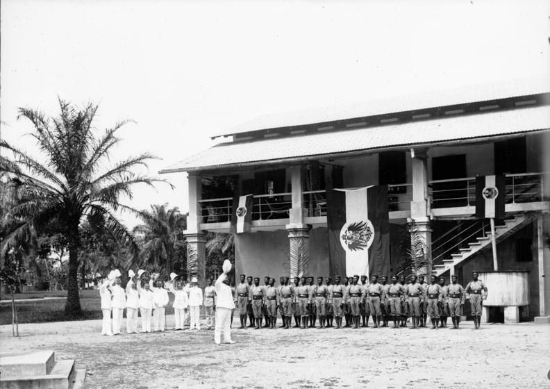 Policías alemanes en Duala festejan el cumpleaños del káiser (1901)