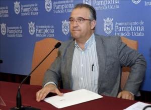 Enrique Maya, alcalde de Pamplona-Iruñea anunciando el cambio.